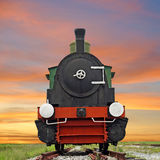 Vieux train locomotif de machine à vapeur sur le beau fond de ciel Photographie stock libre de droits