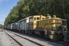 Vieux train rouillé avec la locomotive au hombourg de trainstation Photo libre de droits