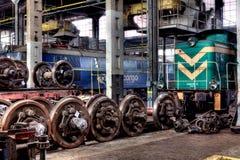 Vieux trains de polonais dans le hall de service photographie stock