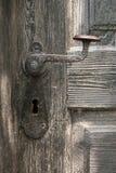 Vieux traitement de trappe sur la trappe en bois Photo stock