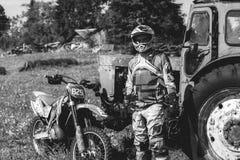 Vieux traktor de vintage dans le cycliste de village et de saleté image stock