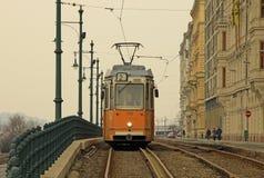 Vieux tram à Budapest sur l'itinéraire de banque de parasite Février 2012 Images libres de droits