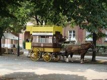 Vieux tram de touristes spécial avec le cheval Photo libre de droits