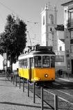Vieux tram jaune de Lisbonne au-dessus de fond noir et blanc image libre de droits