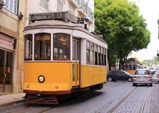 Vieux tram jaune sur des rues de Lisbonne Image stock
