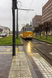 Vieux tram jaune, trafic de voiture et bâtiments sur la rue de ville Concept de transport et de voyage Point de repère et transpo Photographie stock libre de droits