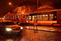 Vieux tram passant par Prague neigeux photo libre de droits