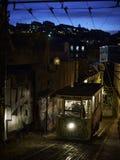 Vieux tram traditionnel dans la ville de Lisbonne la nuit Photographie stock libre de droits