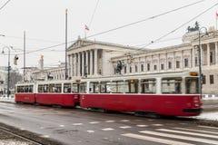 Vieux trams et Parlement autrichien Photo stock