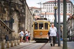 Vieux tramway dans la scène de Porto-rue Image libre de droits