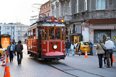 Vieux tramway sur la rue Istiklal, Istanbul, Turquie Photos stock