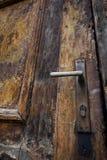 Vieux trappe et loquet en bois photographie stock