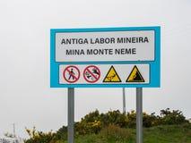 Vieux travail d'exploitation, mine de montagne de Neme avec plusieurs signes de sécurité Photographie stock libre de droits