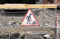 vieux travail de réparation de signe accrochant sur une barrière en bois tout en éliminant des conduites d'eau d'accidents photos stock