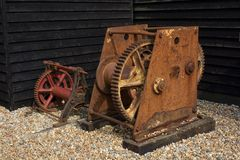 Vieux treuils rouillés de bateau chez Hastings, Angleterre Image libre de droits