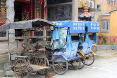 Vieux tricycle de main d'oeuvre dans la ville de Longhai Image libre de droits