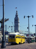 Vieux trolleybus jaune près de port de San Francisco Photos stock
