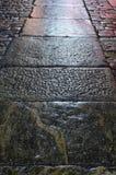 Vieux trottoir en pierre dans la nuit Photographie stock libre de droits