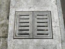 Vieux trou d'égout dans l'asphalte précipitation exceptionnelle photos libres de droits