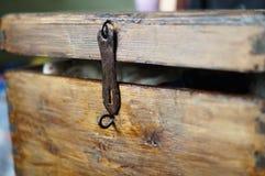 Vieux trou de la serrure en bois de coffre entrebâillé Photographie stock libre de droits