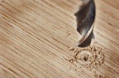 Vieux trou de perçage de peu de foret dans une planche en bois Photo libre de droits