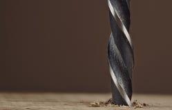 Vieux trou de perçage foncé de peu de foret dans une planche en bois Photographie stock libre de droits