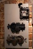 Vieux trous de porte et poignées - entrée en bois sur des murs de briques - poignées faites de métal images stock