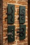 Vieux trous de porte et poignées - entrée en bois sur des murs de briques - poignées faites de métal photos libres de droits