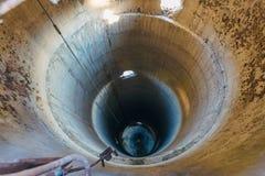 Vieux tube concret ruiné de dessiccateur abandonné pour le grain Axe vertical de tuyauterie, vue d'en haut photos libres de droits