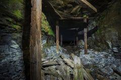 Vieux tunnel abandonné sous des chutes du Niagara Photographie stock libre de droits