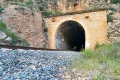 Vieux tunnel de train avec le chemin de fer Photos stock