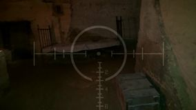 Vieux tunnel souterrain abandonné foncé Catacombes grunges de vintage Fond effrayant pour les militaires de recherche banque de vidéos