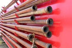 Vieux tuyau rouillé de gisement de pétrole Photos stock