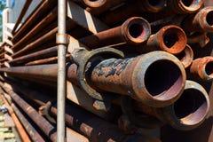 Vieux tuyau rouillé de gisement de pétrole Photographie stock libre de droits