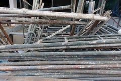 Vieux tuyaux d'échafaudage image stock