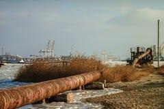 Vieux tuyaux dans le port maritime Images stock