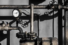 Vieux tuyaux de plombier avec un mètre de barre photo stock
