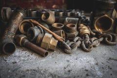 Vieux tuyaux rouillés, chaîne, outils d'ands Garage, plombier et concept de réparation photo libre de droits