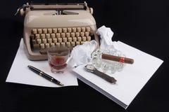 Vieux type allemand auteur avec le papier, le cigare, la montre de vintage et le fou Photo libre de droits