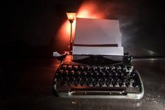 Vieux typewritter de mode sur le fond brumeux foncé Fermez-vous de la machine de typewritter de cru photographie stock libre de droits