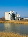 Vieux usines et fleuve images stock