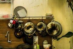 Vieux ustensiles de vintage handging sur le depok rentré par photo Bogor Indonésie de mur Images libres de droits