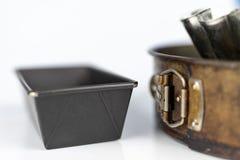 Vieux ustensiles utilisés dans la cuisine Accessoires pour faire cuire le vieux-St images stock