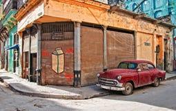 Vieux véhicule dans la rue de la Havane images libres de droits