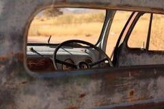 Vieux véhicule dans le désert Images libres de droits