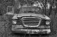 Vieux véhicule dans les bois Images libres de droits