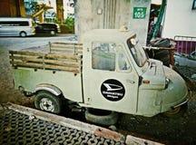 Vieux véhicule de cru et ciel bleu Photo stock