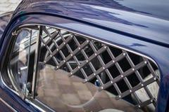 Vieux véhicule de cru et ciel bleu photos libres de droits