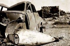 vieux véhicule rouillé et ruines   Photo stock