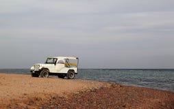 Vieux véhicule sur la plage Photographie stock